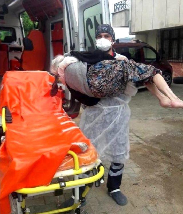 93 yaşındaki korona hastasını kucağında taşıyan sağlıkçı: Gerekeni yaptım