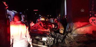 Çiğli: İzmir'de otomobil üst geçide çarptı: 1'i ağır 3 yaralı