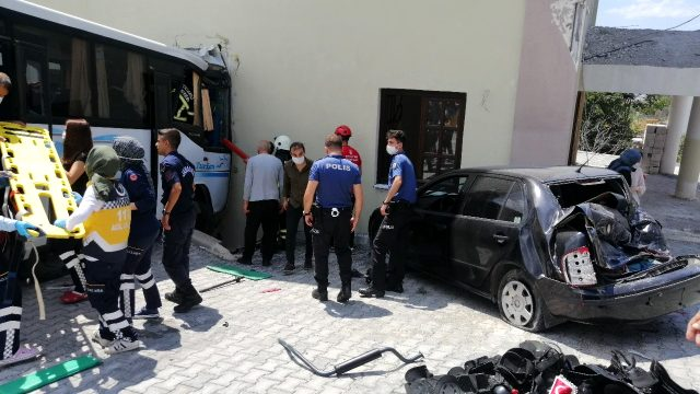 Son dakika: Kocaeli'de jandarmaları taşıyan midibüs ile otomobil çarpıştı! Çok sayıda yaralı var