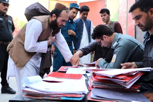 Afgan hükümeti tutuklu 400 Taliban mahkumunu serbest bırakmaya başladı
