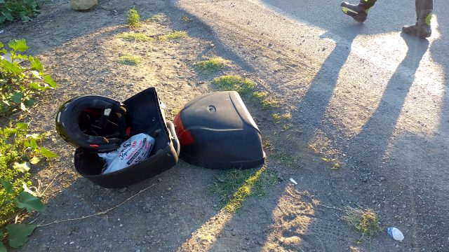 Minibüse çarpan motosikletli kurye, karşı şeritten gelen otomobilin camına fırladı