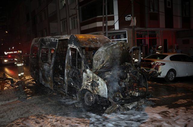 Canlarını zor kurtardılar! Seyir halindeki minibüs alev alev yandı