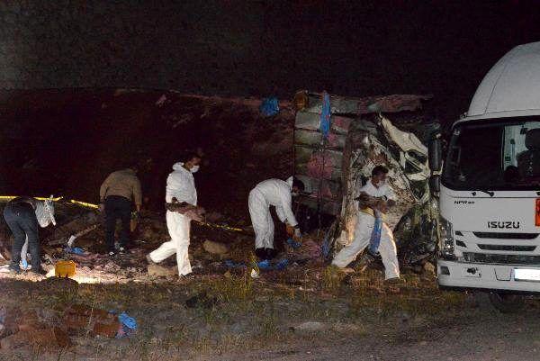 Son dakika haber: Erzurum'da 14 ton patlayıcı yüklü kamyon yola devrildi: 2 ölü