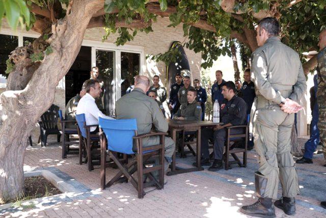 Yunan Başbakan Fransız savaş uçaklarının önünde poz verdi