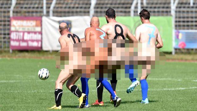 Futbolda ticarileşmeyi protesto eden 22 oyuncu, sahaya çırılçıplak çıktı