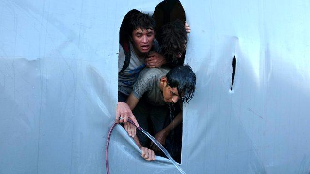 Samsun'da bir tırın dorsesinde 165 düzensiz göçmen yakalandı