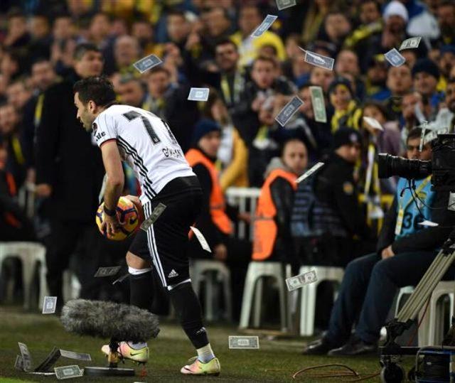 Gökhan Gönül, Fenerbahçe taraftarının kendisine attığı dolarlar hakkında konuştu: Kızgınlıklar rafa kaldırılmalı