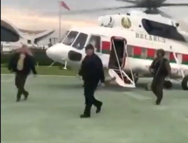 Protestolarla sarsılan Lukaşenko, üzerinde çelik yelek ve elinde otomatik silah ile saraya geldi