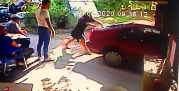 Saç tokasıyla kapısını açtıkları otomobili çalan sevgililer yakalandı