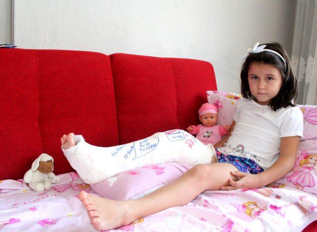 Motosikletin çarptığı küçük kızı ölümden döndü! Yavrusunu kurtaran baba bu kez de işinden oldu
