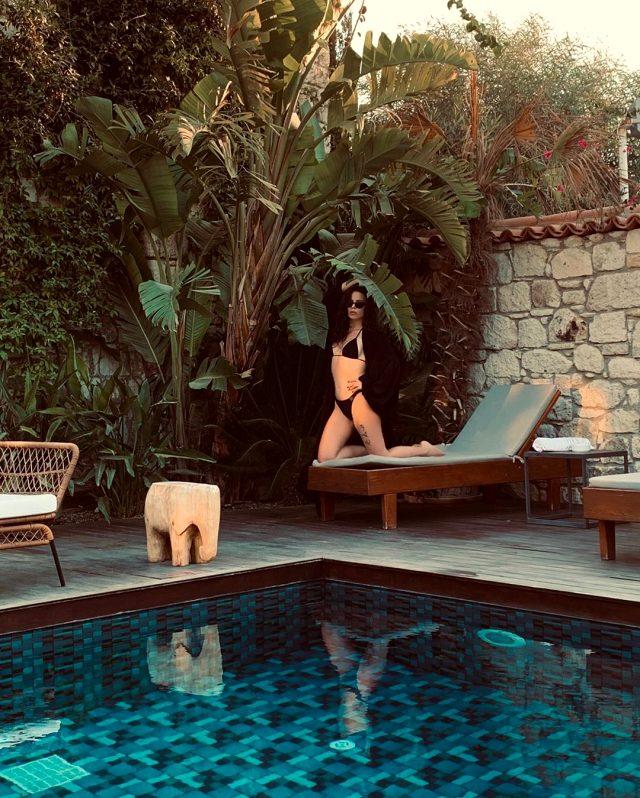 Simge Sağın, havuz başındaki bikinili pozlarıyla büyük beğeni topladı