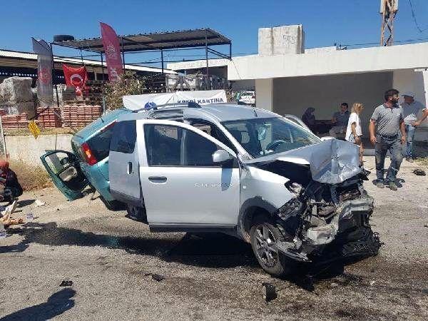İzmir'de otomobil ile hafif ticari araç çarpıştı: 1'i ağır 3 yaralı