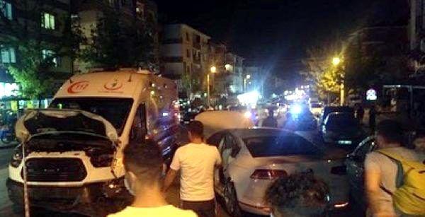 Ambulansın karıştığı zincirleme kazada 3 sağlık çalışanı yaralandı