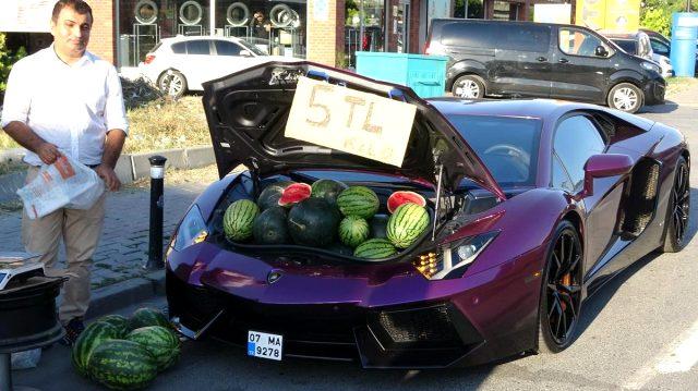 Lüks araçta karpuz satan sürücünün sosyal medya fenomeni olduğu ortaya çıktı
