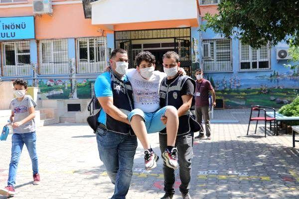 Paten sürerken ayağı kırılan öğrenciyi, polisler sınav salonuna taşıdı -  Haber