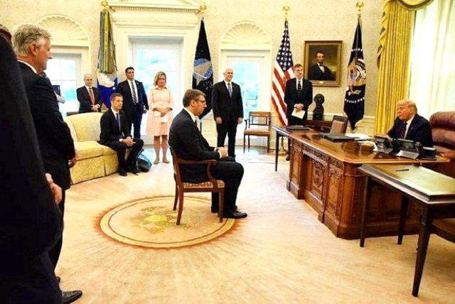 Dünya bu anları konuşuyor! Sırbistan Cumhurbaşkanı, imzaladığı maddeyi Trump söyleyince fark etti