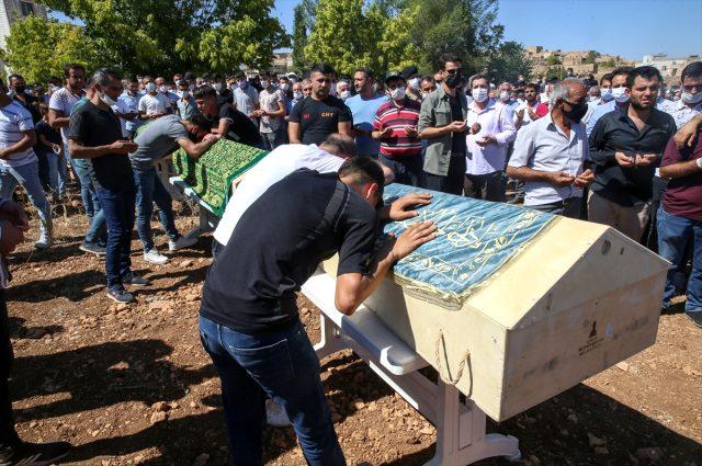 Mardin'de trafik kazasında hayatını kaybeden 6 kişinin cenazesi yan yana defnedildi