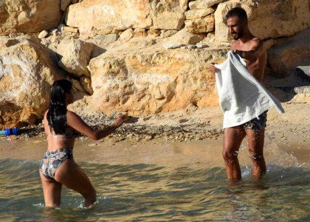Eski futbolcu Selçuk Şahin, havluyla eşinin denizden çıkmasını beklerken kameralara yakalandı