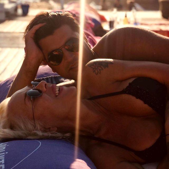 Plajda aşka gelen Billur Kalkavan, genç sevgilisiyle sarmaş dolaş pozlar verdi