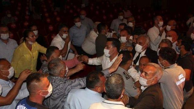 Adana Büyükşehir Belediyesi Meclisi'nde yumruklu kavga; belediye başkanı hastanelik oldu