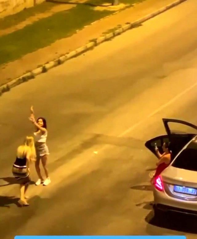 Korona da kısıtlama da dinlemiyorlar! Lüks araçta müziği sonuna kadar açıp, yol ortasında dans ettiler