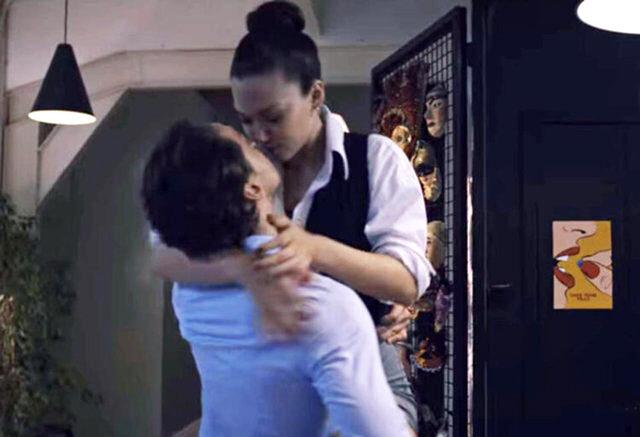 Melisa Şenolsun ve Metin Akdülger'in öpüşme sahnesi Atiye'nin 2. sezonuna damga vurdu