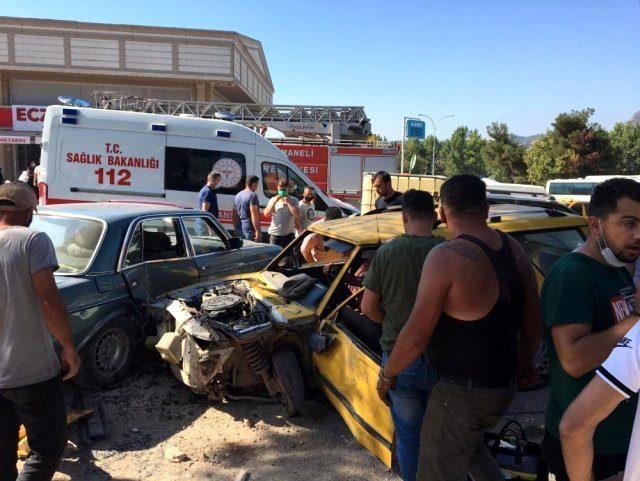 Ters şeritten giden alkollü sürücü dehşet saçtı! 3 otomobile çarptı