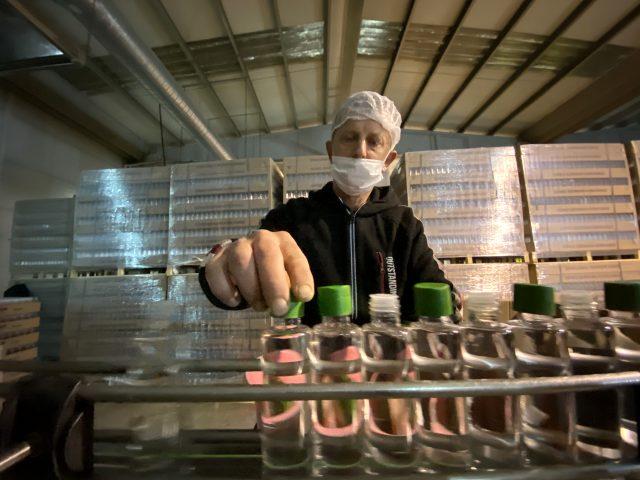 Düzce'deki fabrika kolonya talebini karşılamak için 24 saat üretim yapıyor
