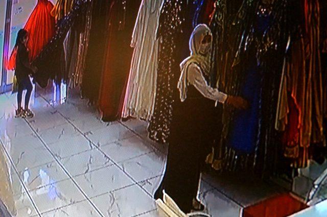 Müşteri kılığında girdiler, çantadaki paraları çalıp kayıplara karıştılar