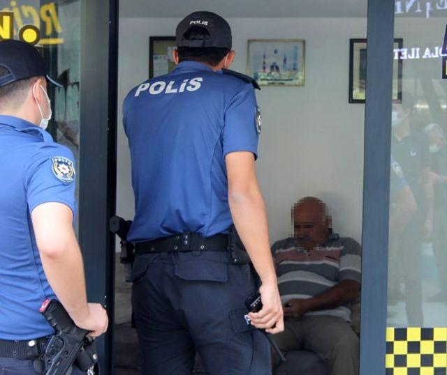 Polisin maske uyarısına kızan esnaf, 'Ben hırsızlık mı yaptım' diyerek nüfus cüzdanını vermemek için direndi