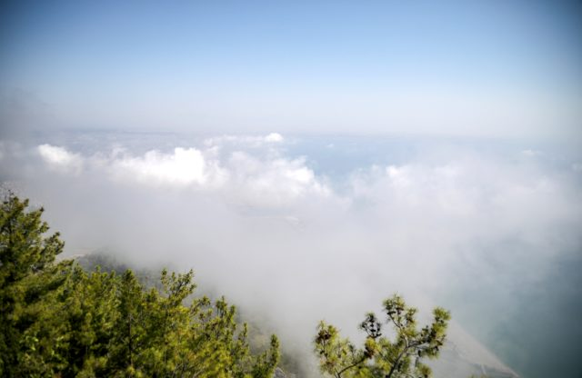 Son 75 yılın en sıcak eylül ayını yaşayan Antalya'da şehri nem bulutları kapladı