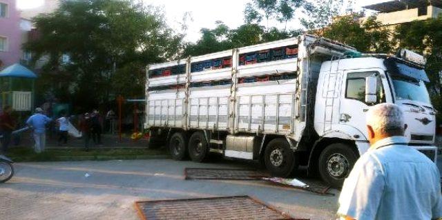 Freni boşalan kamyon çocuk parkındaki elektrik direğine çarparak durabildi! Çocuklar son anda kurtuldu