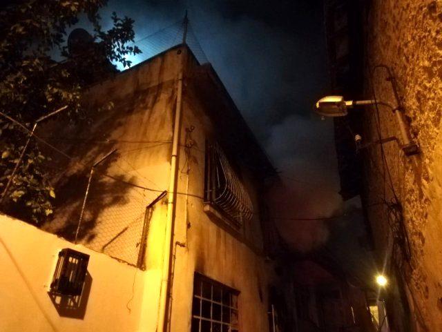İzmir'de yanan evden son anda kurtuldular