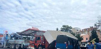 Murat Korkmaz: Kartal'da sunta yüklü kamyon yolda giden minibüsün üzerine devrildi