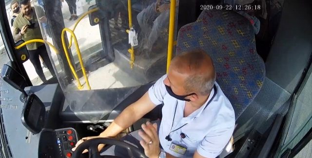 Maskesiz yolcu ile şoför arasındaki kavgada kan aktı! O anlar kameraya anbean yansıdı
