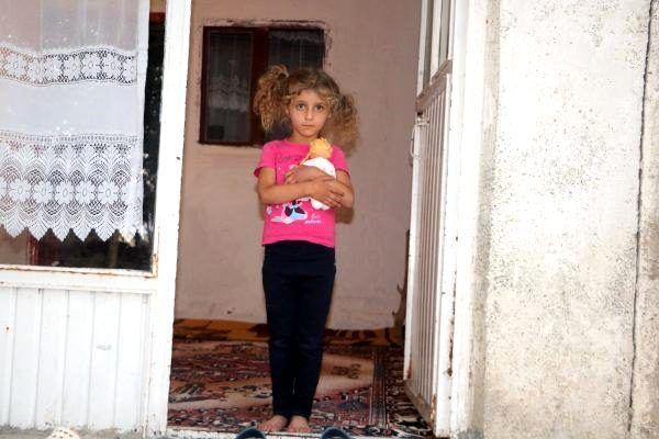 Hakkari'de yılan korkusuyla terk ettikleri evlerine geri dönen aile, diken üstünde yaşıyor