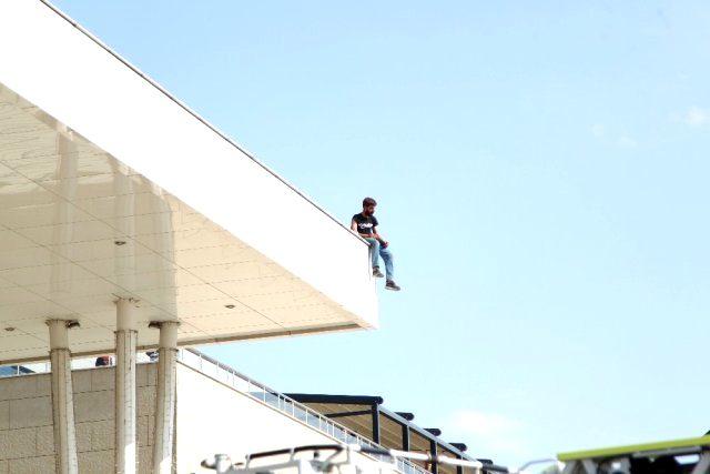 Ailevi ve maddi sorunları olduğu öne sürülen kişi, alışveriş merkezinin çatısından atlamaya çalıştı