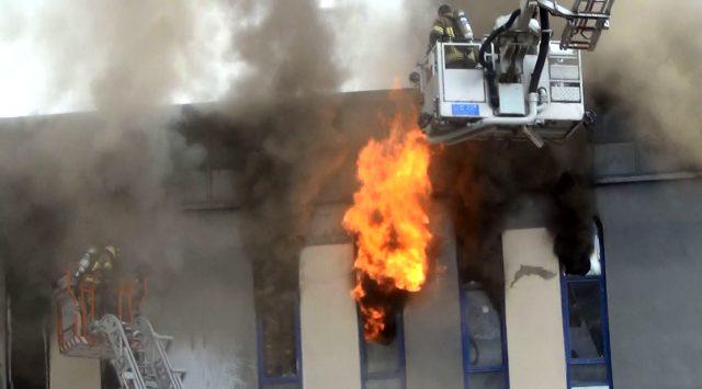 Yangın sırasında park halindeki aracı elleriyle kaldırarak kurtardılar