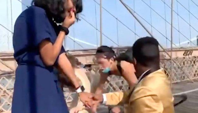 Diz çöküp kız arkadaşına evlenme teklif ederken bisiklet çarptı