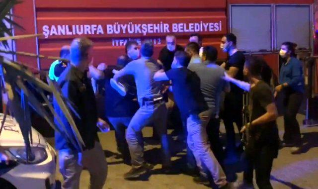 Türk Bayrağını indirmeye çalışan şahsı, polis öfkeli kalabalığın elinden zor aldı