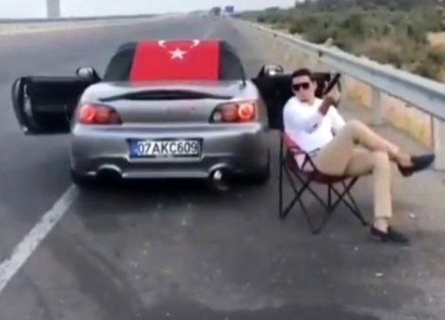Otoyolun kenarında sandalyeye oturup havaya ateş açan sürücünün görüntüleri tepki çekti
