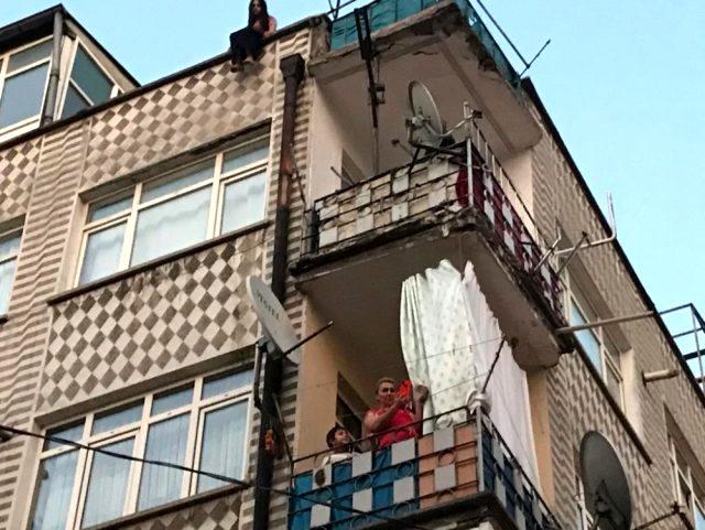 İntihara kalkışan komşusunu sosyal medyadan canlı yayınladı, mahalleli de film izler gibi izledi