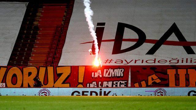 Galatasaray-Fenerbahçe derbisinde sahaya düşen yanıcı madde böyle görüntülendi