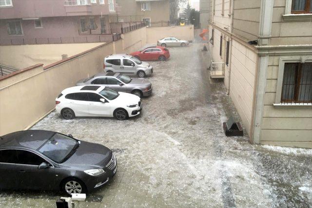 İstanbul'u dolu vurdu, vatandaşlar araçlarına koştu