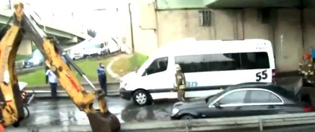 Son Dakika: İstanbul'da sağanak yağış sonrası Topkapı'da panik anları! Minibüs mahsur kaldı