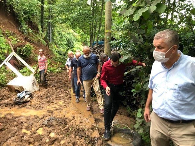 Rize'de şiddetli yağış sonrası heyelan meydana geldi: 1 araç toprak altında kaldı