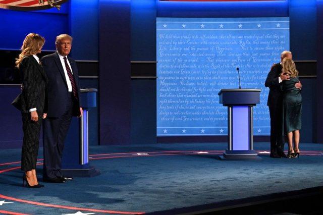 Trump ve Biden düellosuna eşler de katıldı: First Lady yine bildiğiniz gibi
