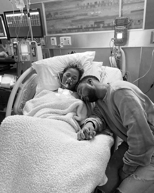 Üçüncü bebeğine hamile olan Chrissy Teigen, düşük yaptı