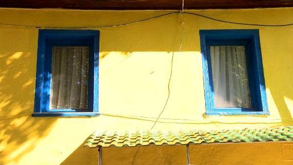 Fenerbahçe taraftarının evi 20 yıldır sarı laciverde boyalı