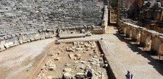 Nevzat Çevik: Andriake kazılarında 'yılın bulgusu' niteliğinde heykelcikler ortaya çıkarıldı...